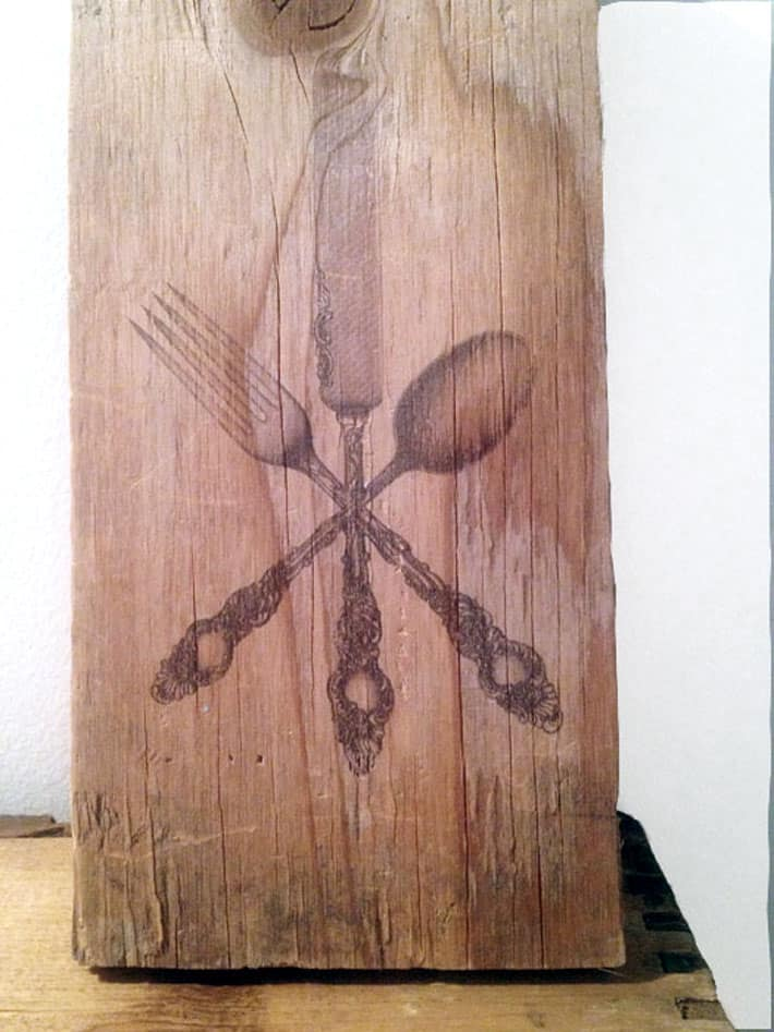 Very detailed image of cutlery on wood.