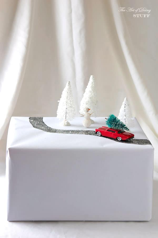diorama-present-topper-car-and-tree